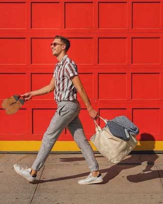How to wear: beige canvas tote bag, white leather low top sneakers, beige linen chinos, white and red vertical striped short sleeve shirt