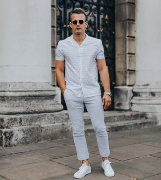 How to wear: black sunglasses, white low top sneakers, grey chinos, white print short sleeve shirt
