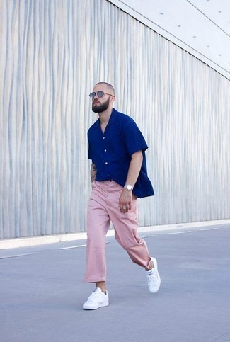 How to Wear a Blue Short Sleeve Shirt For Men: A blue short sleeve shirt and pink chinos are a cool combo worth incorporating into your day-to-day casual rotation. If you're puzzled as to how to round off, a pair of white leather low top sneakers is a foolproof option.