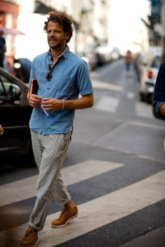 How to Wear White and Navy Vertical Striped Chinos: Choose a light blue chambray short sleeve shirt and white and navy vertical striped chinos to pull together a laid-back and cool ensemble. Choose a pair of tobacco suede low top sneakers for maximum effect.