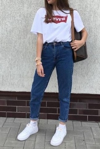 How to wear: dark brown leather backpack, white leather low top sneakers, blue jeans, white and red print crew-neck t-shirt