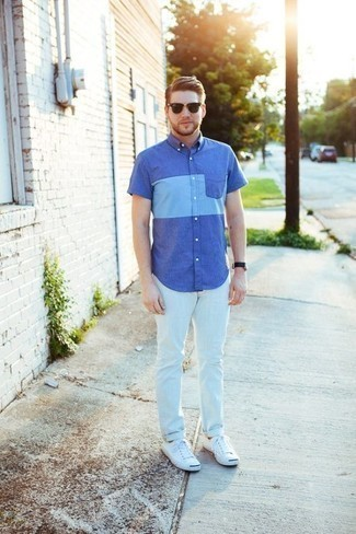 How to Wear a Blue Short Sleeve Shirt For Men: Consider teaming a blue short sleeve shirt with white jeans to feel self-confident and look laid-back and cool. Complete this outfit with a pair of white canvas low top sneakers for maximum effect.