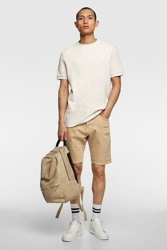 How to Wear Tan Shorts For Men: Why not try pairing a white crew-neck t-shirt with tan shorts? As well as totally comfortable, both of these pieces look great married together. The whole outfit comes together brilliantly when you slip into white leather low top sneakers.