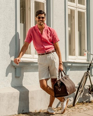 How to wear: dark brown leather holdall, white leather low top sneakers, beige linen shorts, hot pink linen short sleeve shirt