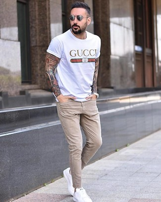 How to Wear Beige Skinny Jeans For Men: To create a relaxed outfit with an urban spin, try pairing a white print crew-neck t-shirt with beige skinny jeans. And if you wish to effortlesslly level up your look with a pair of shoes, why not complete your outfit with white leather low top sneakers?