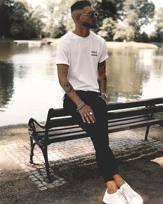 Men's Looks & Outfits: What To Wear In a Relaxed Way: To don an off-duty look with an urban finish, rock a white and black print crew-neck t-shirt with black skinny jeans. White canvas low top sneakers are an effortless way to inject an extra touch of refinement into this look.
