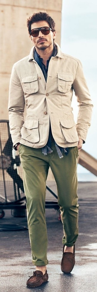 How to wear: beige military jacket, navy long sleeve shirt, olive chinos, dark brown suede driving shoes