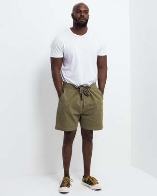 How to wear: mustard canvas low top sneakers, olive shorts, white crew-neck t-shirt