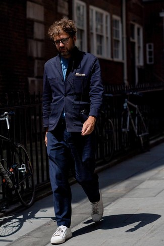 How to wear: white leather low top sneakers, navy chinos, blue chambray long sleeve shirt, navy knit blazer