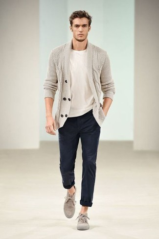 Men's Looks & Outfits: What To Wear In 2020: Wear a beige shawl cardigan and navy chinos for effortless sophistication with a masculine spin. For extra style points, complete this ensemble with beige suede desert boots.