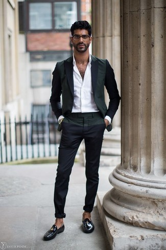 Men's Looks & Outfits: What To Wear In 2020: This pairing of a dark green blazer and navy chinos spells rugged sophistication and effortless style. Feeling creative? Mix things up by slipping into black leather loafers.