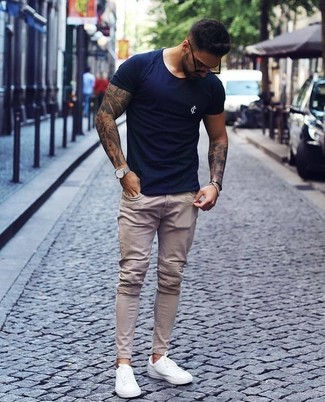 72863219 How to wear: navy crew-neck t-shirt, beige skinny jeans,