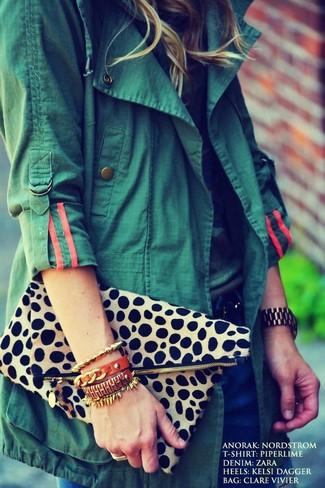 How to wear: beige leopard clutch, navy jeans, camouflage crew-neck t-shirt, dark green anorak