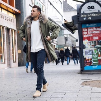 How to wear: beige suede chelsea boots, navy jeans, white crew-neck sweater, olive parka
