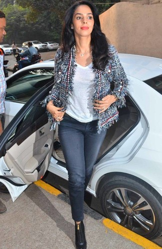 How to wear: black leather ankle boots, navy jeans, white v-neck t-shirt, navy tweed jacket