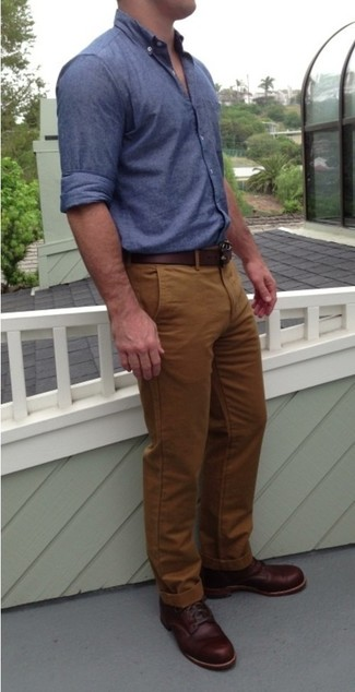 This combo of a deep blue chambray long sleeve shirt and tobacco casual trousers is an interesting balance between comfortable and dapper. Opt for a pair of dark red leather casual boots to show your sartorial savvy. Rest assured, this look will keep you comfy as well as looking stylish in this summer-to-fall weather.