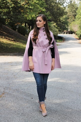 How to Wear Navy Skinny Jeans: A light violet cape coat and navy skinny jeans are a cool combination to keep in your day-to-day off-duty fashion mix. Grey leather pumps are a good pick to round off this outfit.