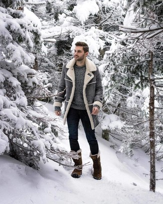 How to wear: olive snow boots, navy skinny jeans, grey crew-neck sweater, grey shearling coat