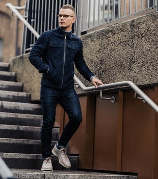 How to wear: beige leather derby shoes, navy skinny jeans, grey turtleneck, navy suede bomber jacket