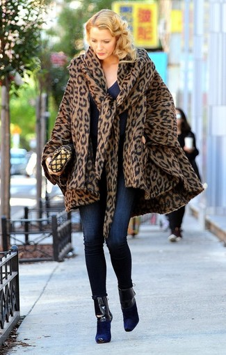 How to wear: navy suede ankle boots, navy skinny jeans, navy v-neck sweater, brown leopard cape coat