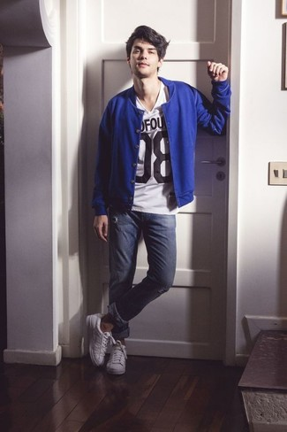 How to wear: white leather low top sneakers, navy ripped skinny jeans, white and black print v-neck t-shirt, blue bomber jacket