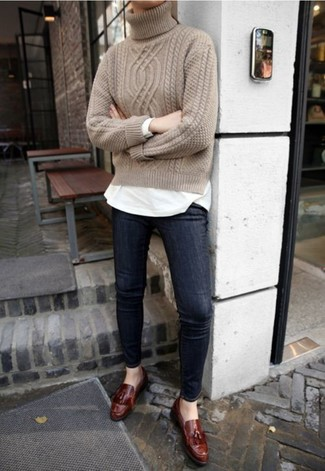 How to wear: dark brown leather tassel loafers, navy skinny jeans, white long sleeve t-shirt, beige knit turtleneck