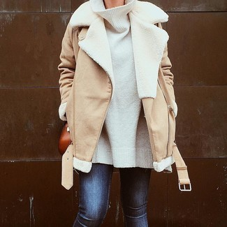 How to wear: tobacco leather crossbody bag, navy skinny jeans, white oversized sweater, tan shearling jacket