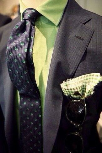 How to Wear a Green Gingham Pocket Square: Rock a black blazer with a green gingham pocket square if you're after a look idea that conveys casual dapperness.