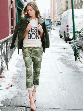 How to wear: pink suede pumps, olive camouflage jeans, beige print crew-neck t-shirt, dark green military jacket
