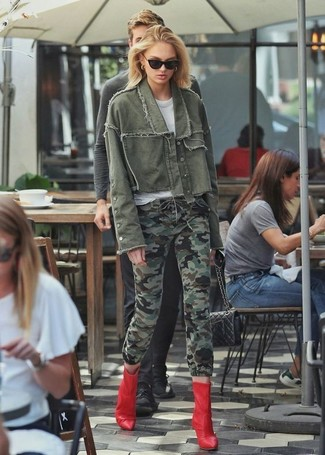 How to wear: red leather ankle boots, olive camouflage skinny jeans, white crew-neck t-shirt, olive denim jacket