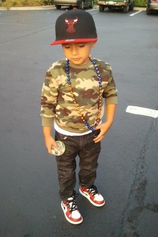 How to wear: olive camouflage sweater, charcoal jeans, white and red sneakers, red and black baseball cap