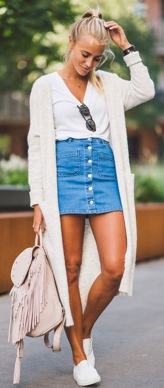 How to wear: beige open cardigan, white crew-neck t-shirt, blue denim button skirt, white leather slip-on sneakers