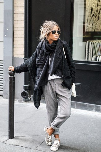 Team a black knit open cardigan with grey casual trousers for a trendy and easy going look. Finish off your look with grey canvas low top sneakers.