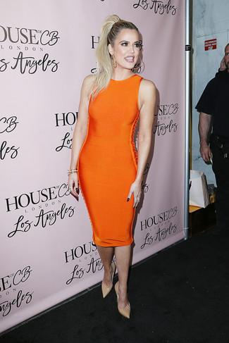 How to wear: orange bodycon dress, beige leather pumps, gold bracelet, gold earrings