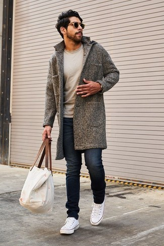 How to wear: grey overcoat, beige crew-neck sweater, black skinny jeans, white canvas low top sneakers