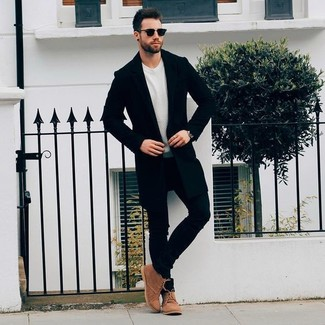 How to wear: black overcoat, beige crew-neck sweater, black skinny jeans, brown suede desert boots