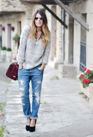 This combo of a charcoal knit oversized sweater and blue ripped boyfriend jeans gives off a very casual and approachable vibe. Throw in a pair of black suede pumps to va-va-voom your outfit.