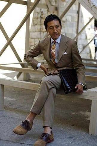 How to Wear a Dress Shirt For Men: This combo of a dress shirt and a brown suit is a surefire option when you need to look extra sharp and refined. Let your styling sensibilities truly shine by finishing off your outfit with tan suede oxford shoes.