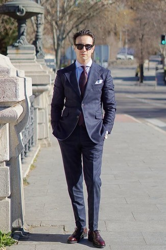 How to Wear Navy Sunglasses For Men: If you like a more casual approach to style, why not go for a navy suit and navy sunglasses? And if you need to instantly level up this getup with one single item, opt for a pair of burgundy leather oxford shoes.