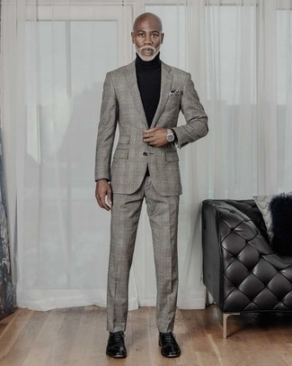 How to Wear a Grey Plaid Suit: A grey plaid suit and a black turtleneck are absolute mainstays if you're piecing together a semi-casual wardrobe that holds to the highest menswear standards. Up this whole ensemble with black leather oxford shoes.