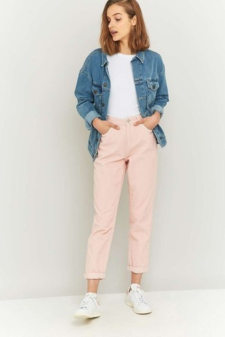 How to wear: white low top sneakers, pink boyfriend jeans, white crew-neck t-shirt, blue denim jacket