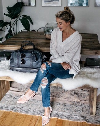 How to Wear a Beige V-neck Sweater For Women: Wear a beige v-neck sweater with navy ripped skinny jeans for a seriously stylish ensemble that's also easy to wear. Let your styling expertise really shine by finishing off your look with pink suede loafers.