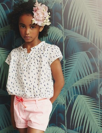 Girls' Looks & Outfits: What To Wear In Hot Weather: A white print short sleeve blouse and pink shorts are a great outfit for your kid when you take her to the local library to play with puzzles or read stories.