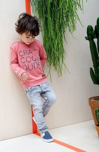 How to wear: pink sweater, light blue jeans, navy sneakers