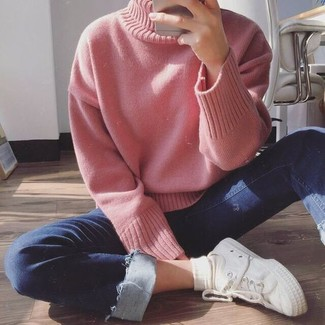 How to wear: pink knit turtleneck, navy skinny jeans, white canvas low top sneakers, white socks