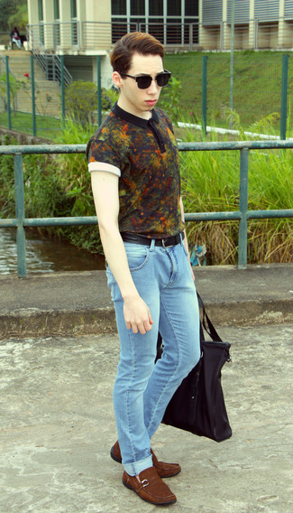 How to wear: black floral polo, light blue skinny jeans, brown suede driving shoes, black canvas tote bag