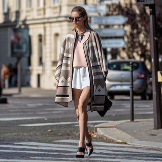 How to wear: beige print poncho, pink short sleeve blouse, white shorts, black leather mules