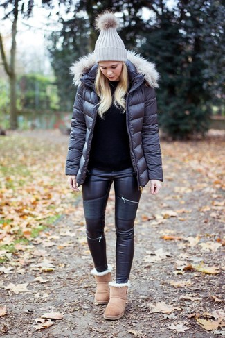 How to wear: charcoal puffer jacket, black crew-neck sweater, black leather skinny jeans, beige uggs