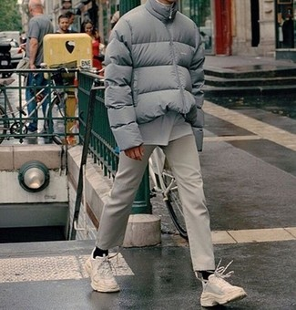 How to wear: grey puffer jacket, white crew-neck t-shirt, beige chinos, white athletic shoes