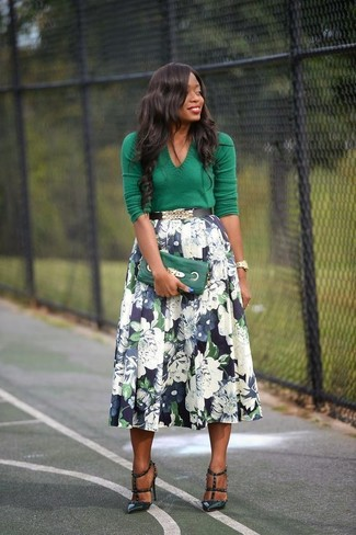 How to Wear a Navy Full Skirt: Why not consider pairing a green v-neck sweater with a navy full skirt? As well as very practical, these two items look incredible combined together. Complete your look with a pair of dark green leather pumps to immediately kick up the glamour factor of this look.